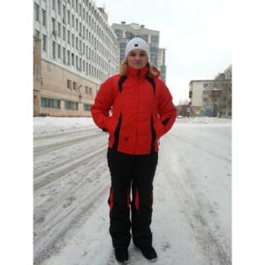 Фото девушки в красно-черном зимнем костюме
