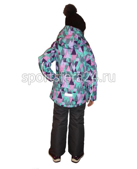 Фото девочки в зимнем комплекте с принтом фиолетовые ромбы, вид сзади