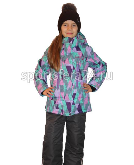 Фото девочки в зимнем комплекте с принтом фиолетовые ромбы